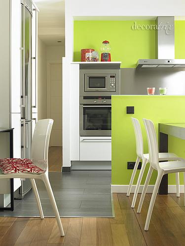 Combinando Blanco como color de fondo con pared verde