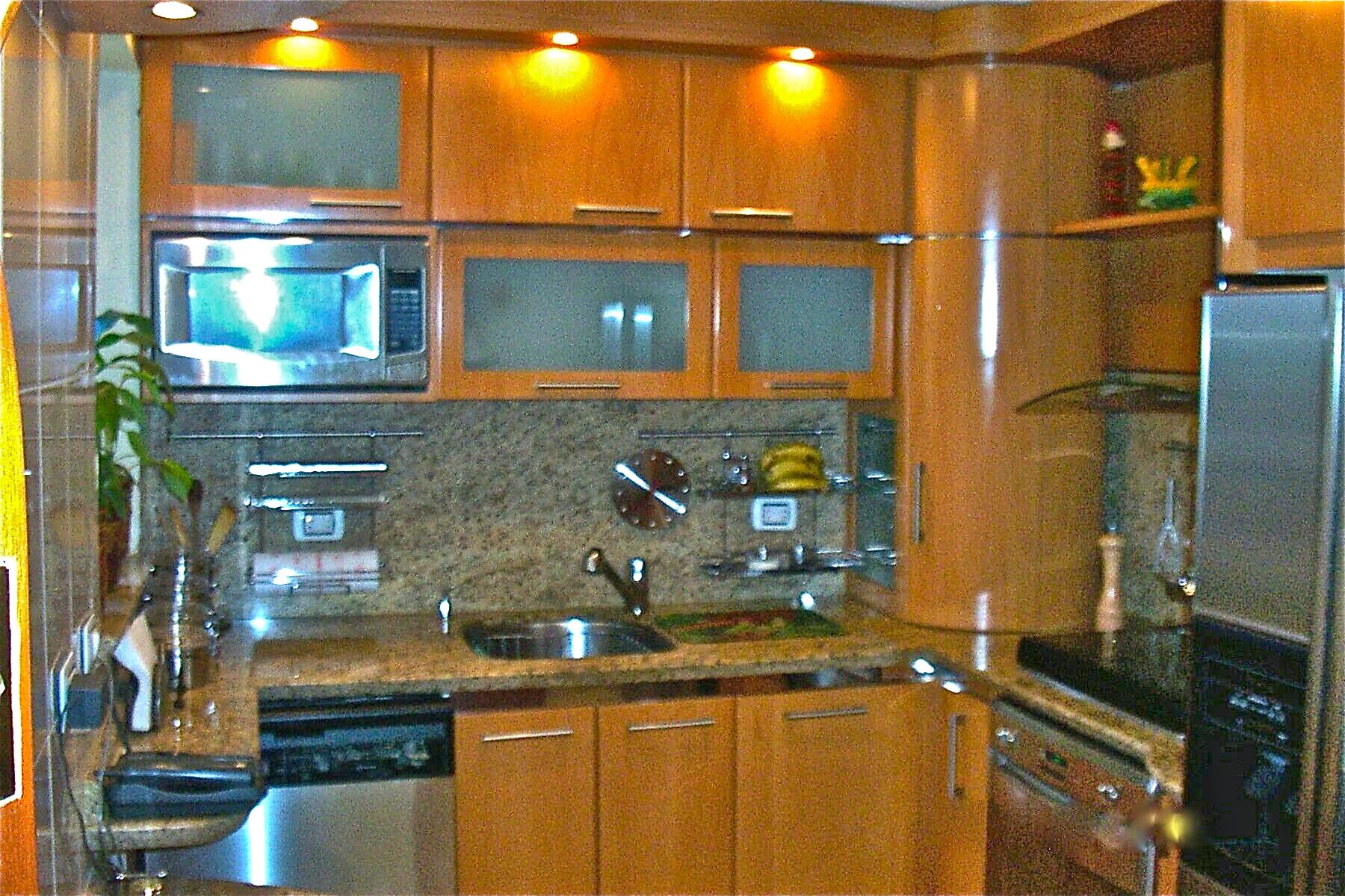 img. Cocina con revestimiento de chapilla de madera color cedro   t ...