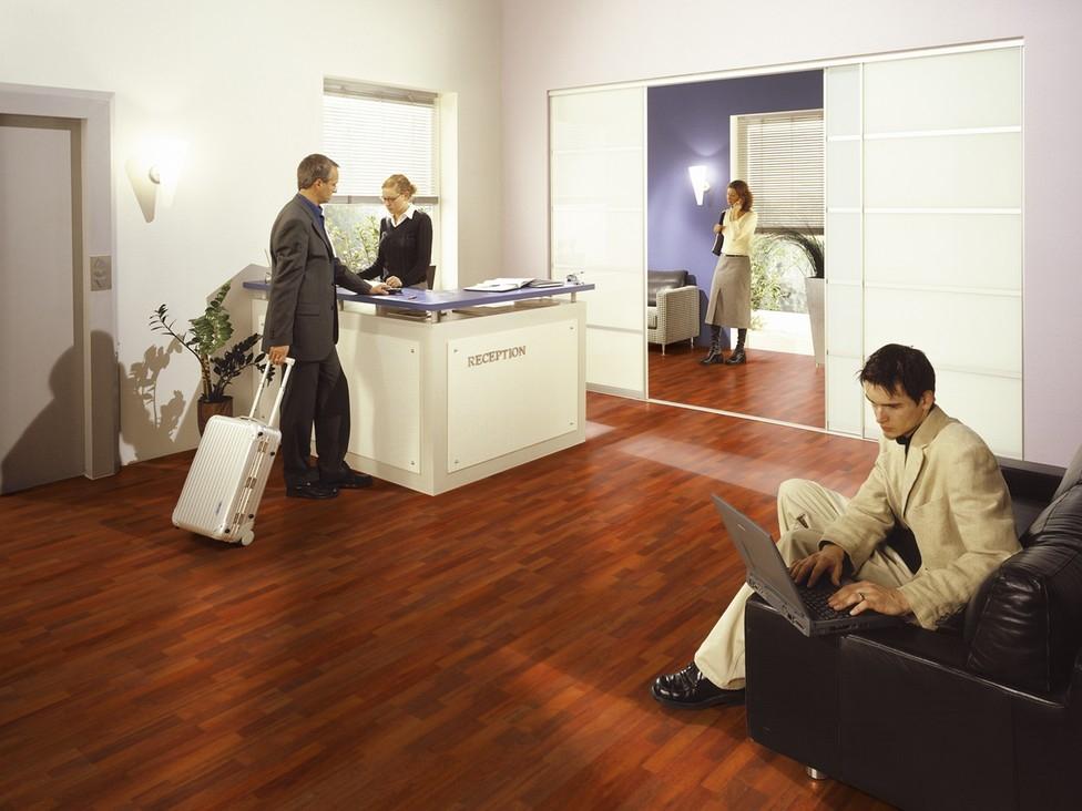 Uso piso de madera en una sala de espera t remodela for Pisos para oficinas modernas